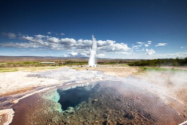 De warme bron Strokkur barst uit in de Haukadalur-vallei in Zuid-IJsland.