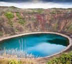 Il cratere Kerid e il suo lago azzurro, vicino a Selfoss, Islanda.