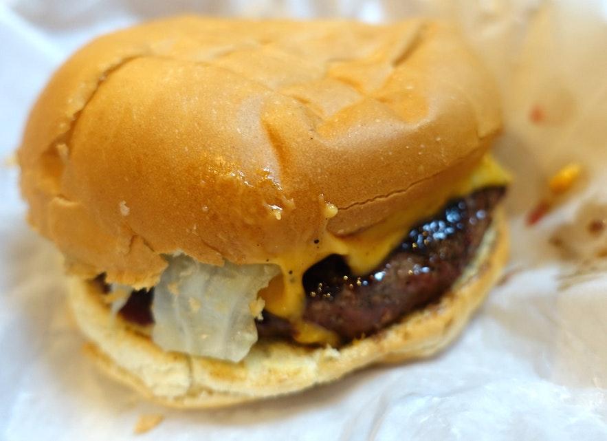 ジューシーなハンボルガラ・ブッランのハンバーガー