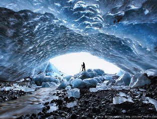 参加蓝冰洞探秘,您将深入冰岛南岸的冰川之下探索