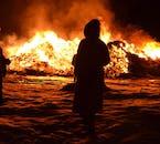 Pendant le nouvel an en Islande, les habitants se rassemblent autour de feux de joie dans chaque ville et district.