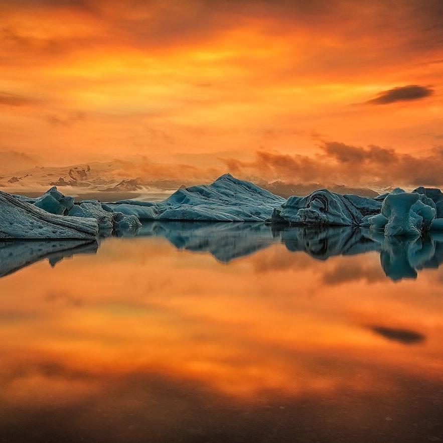 ทะเลสาบธารน้ำแข็งโจกุลซาลอนระหว่างช่วงฤดูร้อน.
