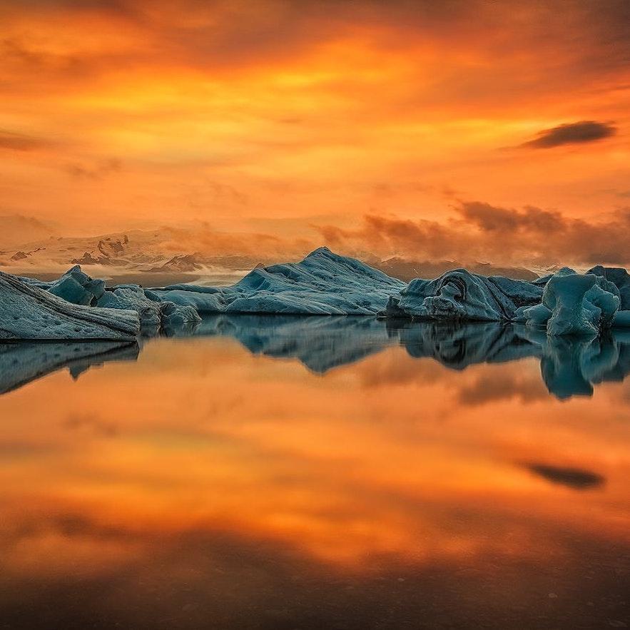 Pomarańczowy zachód słońca nad laguną lodowcową Jokulsarlon.