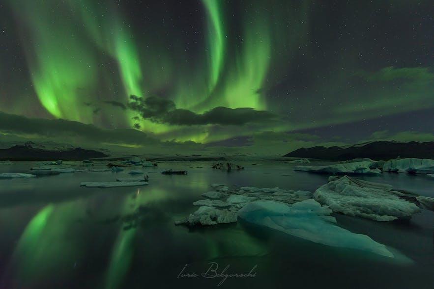 Zorza polarna nad laguną Jokulsarlon na Islandii.