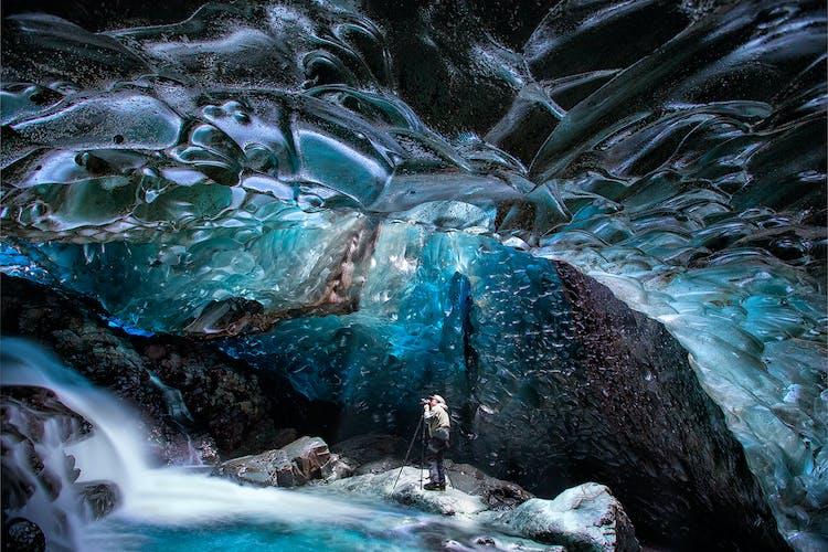 겨울에만 접근 가능한 아이슬란드의 얼음동굴의 놀라움