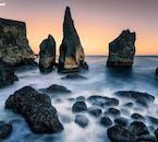 Czarna piaszczysta plaża Reynisfjara jest domem dla wielu wysokich formacji skalnych, które są przesiąknięte legendą i folklorem.