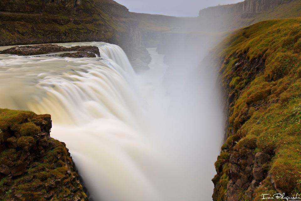 Photo spectaculaire de la puissance colossale et de l'énorme nuage de brume des «chutes d'or», également connues sous le nom de Gullfoss.