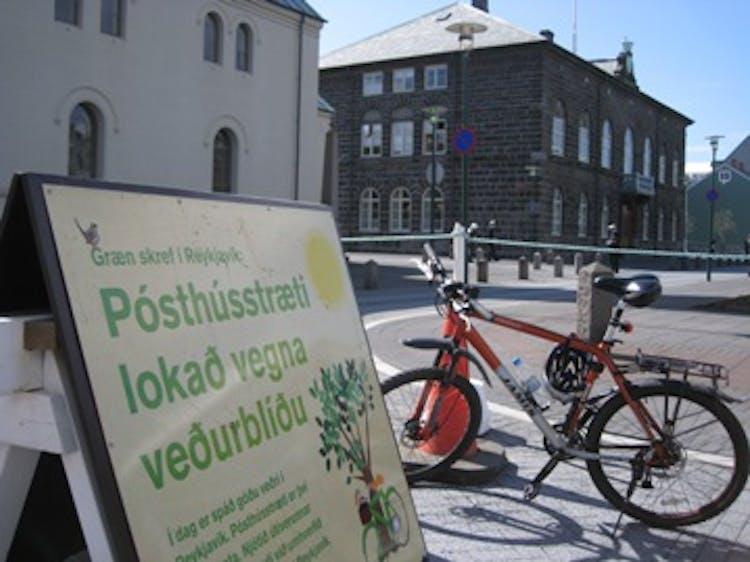 レイキャビクの街中は徒歩でもサイクリングも楽しめる他、セグウェイやヘリコプターツアーというのもある