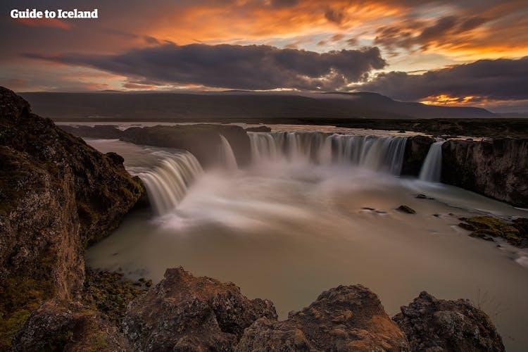 Podróżując do Akureyri w trakcie swojej wycieczki objazdowej po Islandii koniecznie zrób przystanek przy słynnym wodospadzie Godafoss.