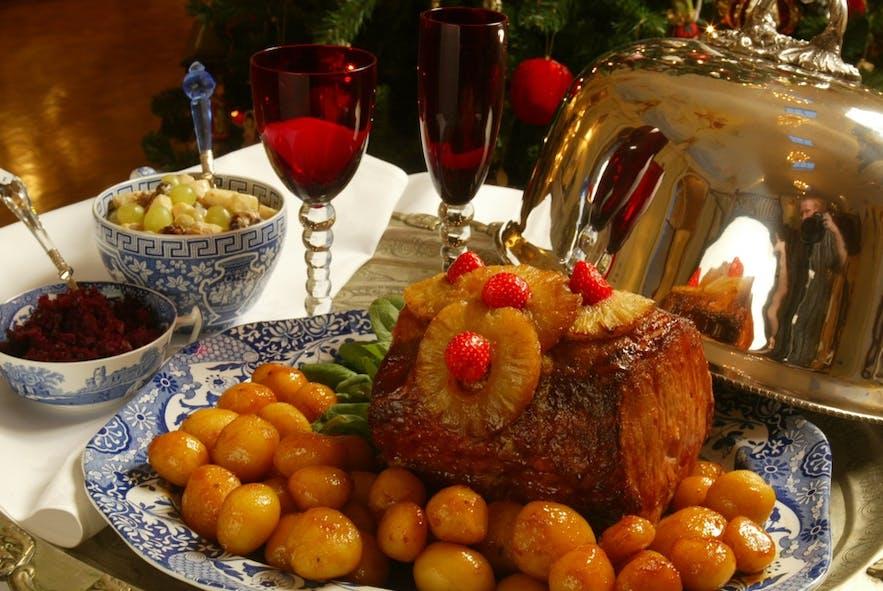 อาหารเย็นวันคริสต์มาสของประเทศไอซ์แลนด์ที่เรียกว่า แฮมโบร์กาฮ์ริกกูร์