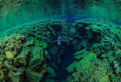 Plongée en apnée à Silfra en combinaison humide