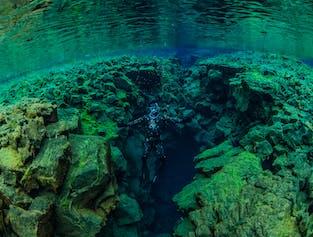 Plongée en apnée dans le magnifique ravin de Silfra.