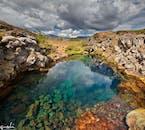 Der Thingvellir-Nationalpark liegt zwischen zwei tektonischen Platten und bei den häufig auftretenden Erdbeben reißen immer neue Spalten auf und füllen sich mit Süßwasser.