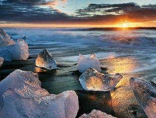 白夜の黄昏の光に照らされたアイスランドの南海岸にあるダイヤモンドビーチ