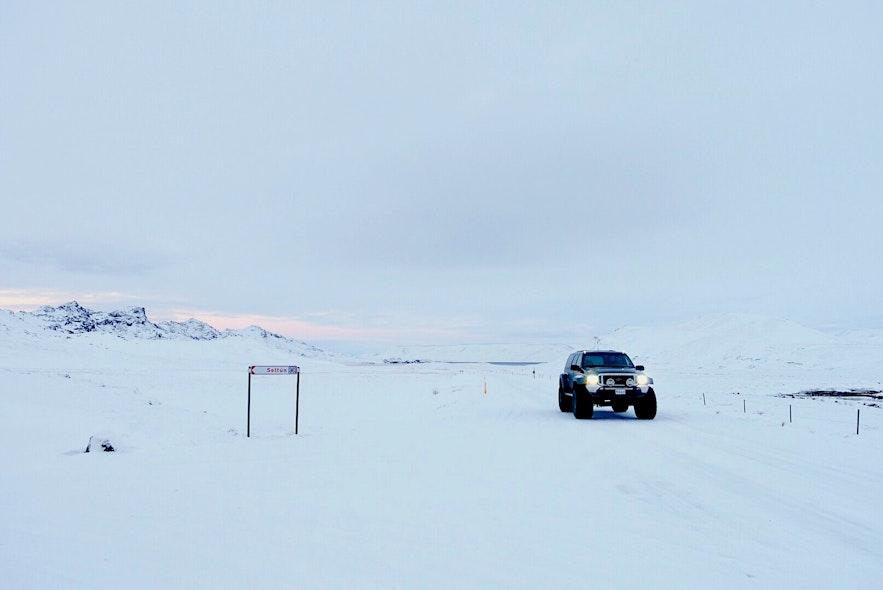 冰岛冬季的路面往往被冰雪覆盖