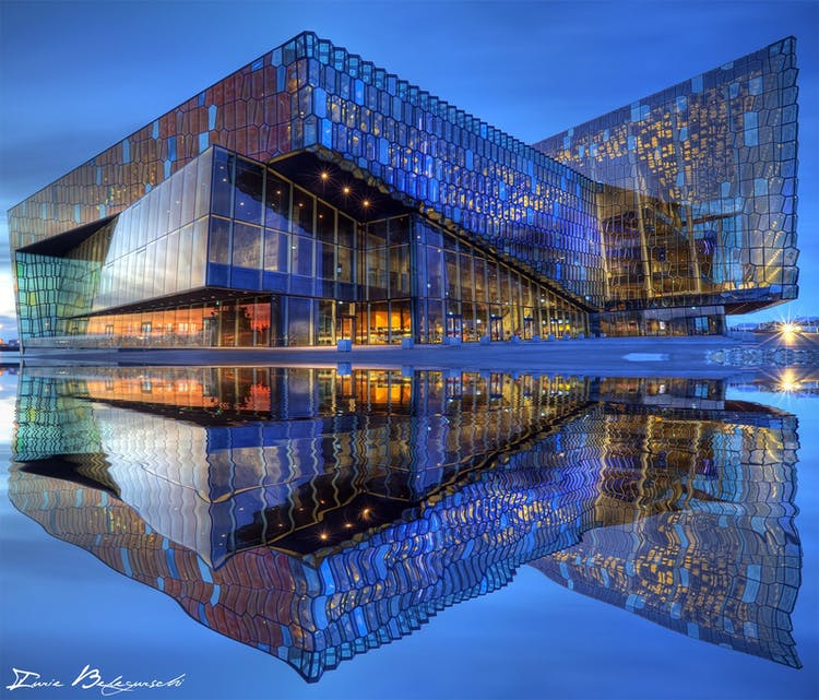 Die Konzerthalle Harpa steht am Ufer der Bucht Faxafloi, die vor der Stadt Reykjavik liegt.