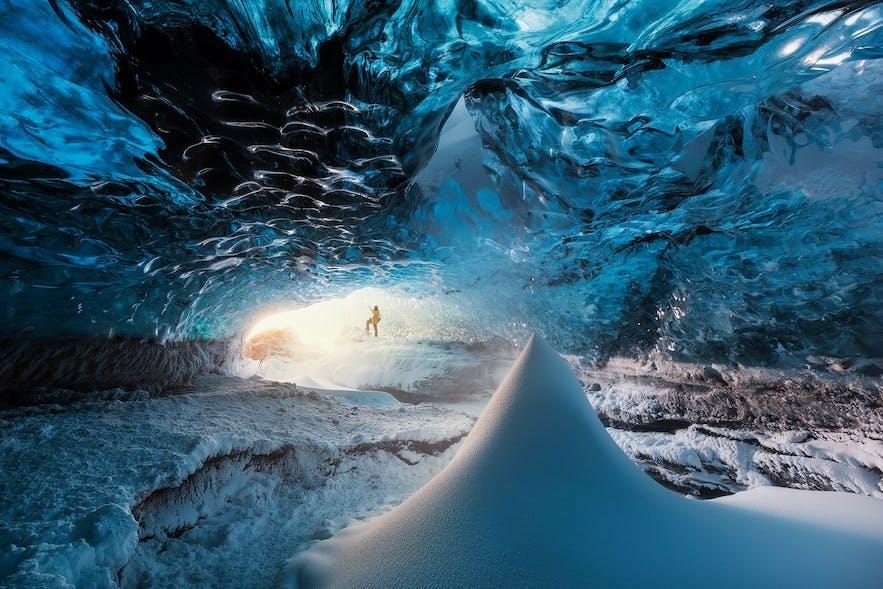 2016年のヴァトナヨークトル氷河にできた氷の洞窟