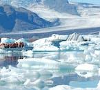 冴えるような青い色と眩しい白の氷が美しいコントラストを生む、ヨークルサロン氷河湖