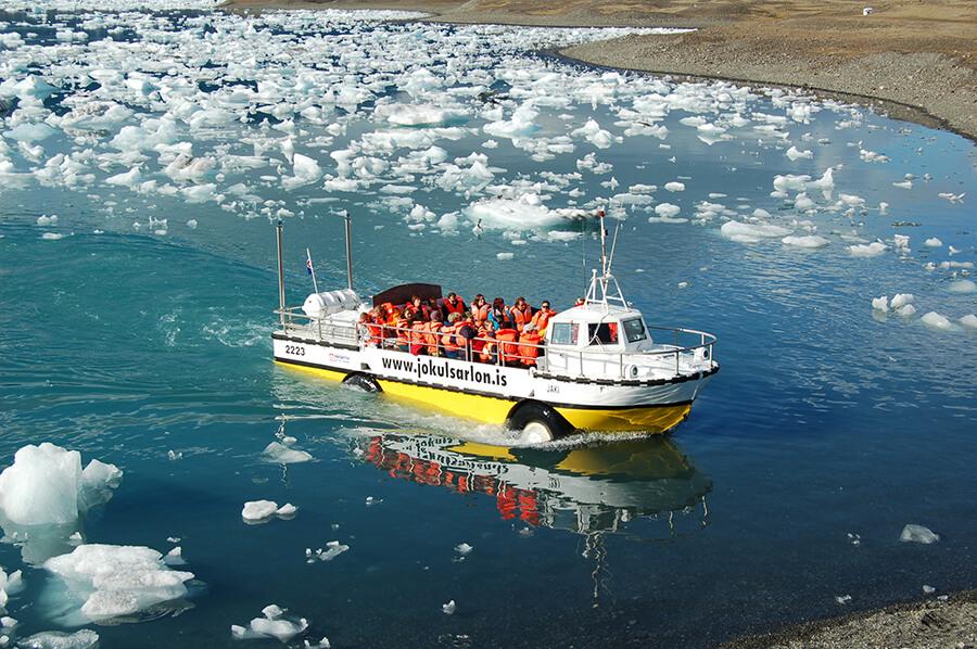 En amfibiebåd sejler over Jökulsárlón-gletsjerlagunen.