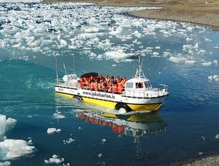 Un barco anfibio navega por la laguna glaciar de Jökulsárlón.