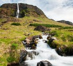 이 폭포는 서부 아이슬란드의 스나이펠스네스 반도에 있는 암석 절벽 꼭대기에 위치하고 있습니다.