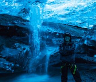 Eksplorowanie jaskini lodowej w największym lodowcu Europy