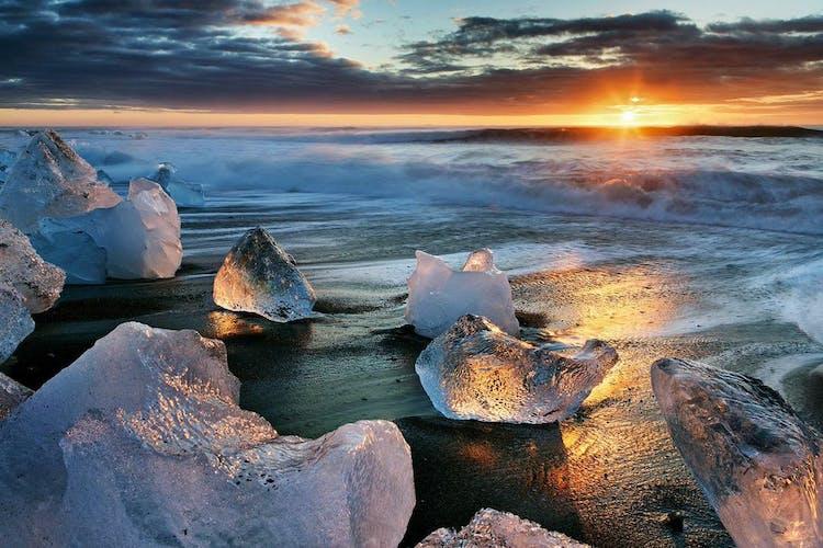 Quando soggiorni in un hotel vicino al ghiacciaio Jökulsárlón, potrai passare la notte ammirando il sole di mezzanotte sulla Spiaggia dei Diamanti.