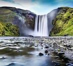 La cascada Skógafoss tiene una caída de 60 metros y a menudo produce un arcoíris en su base en la costa sur de Islandia.