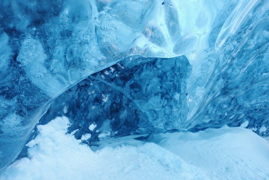 冰岛蓝冰洞的美丽颜色