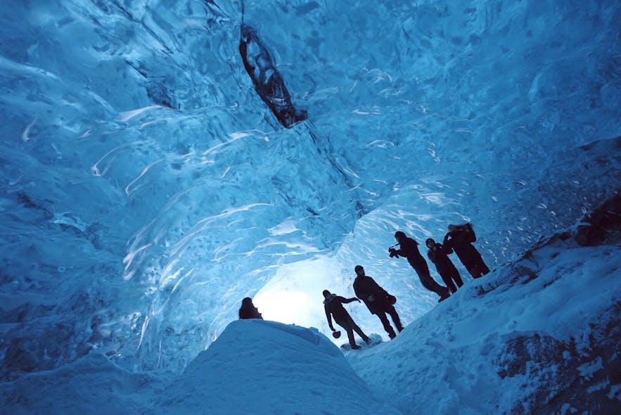 冰岛蓝冰洞,这张可以看出洞穴的大小