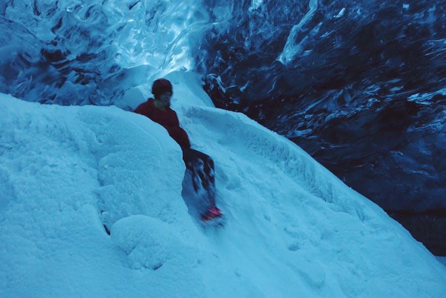 冰岛蓝冰洞内有时也会积雪