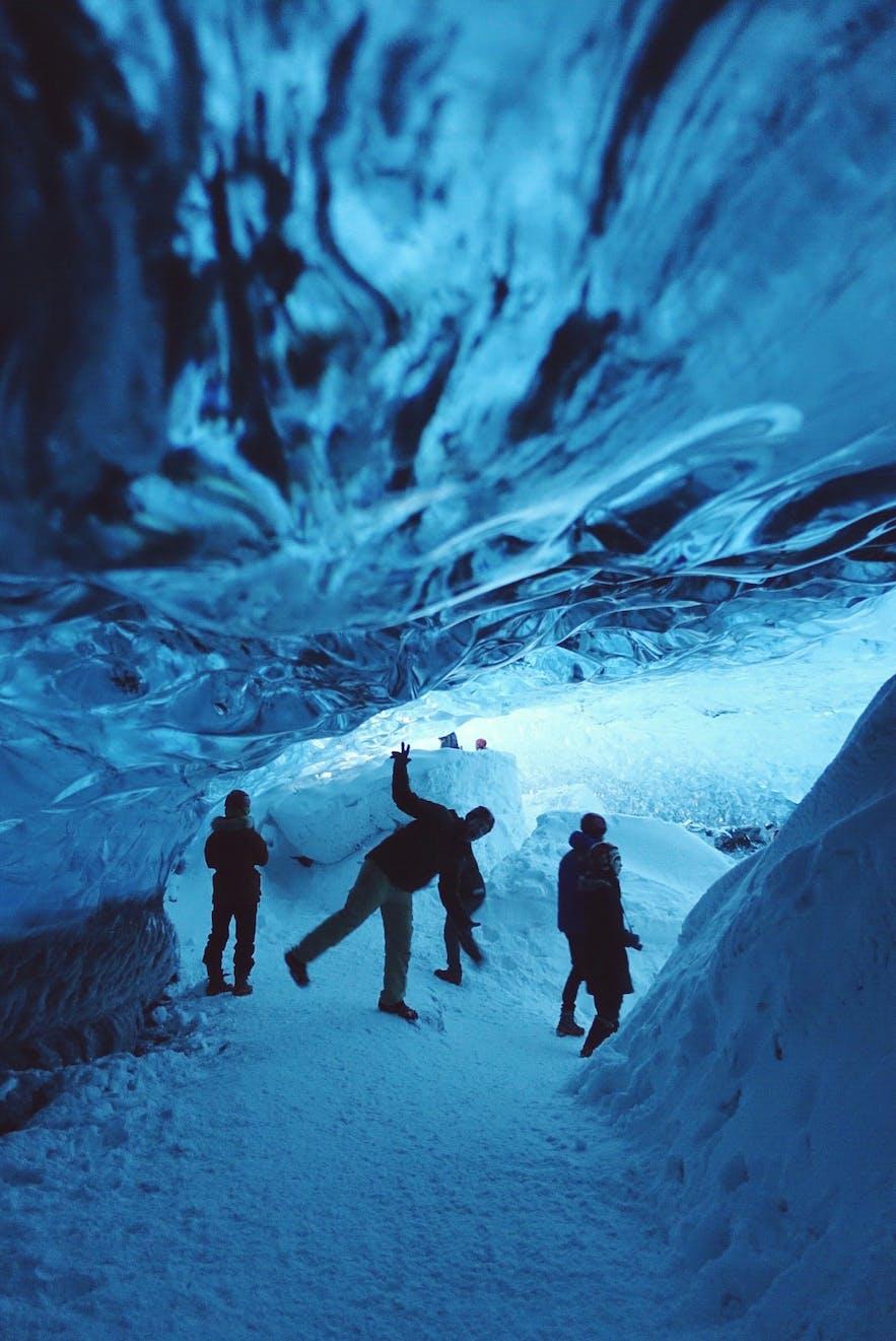 不同的天气、光线会让蓝冰洞呈现出不同的色彩