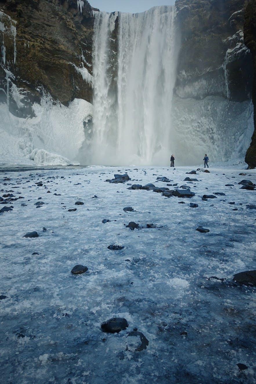 冬季时的冰岛斯科加瀑布(Skógafoss),又名森林瀑布、彩虹瀑布