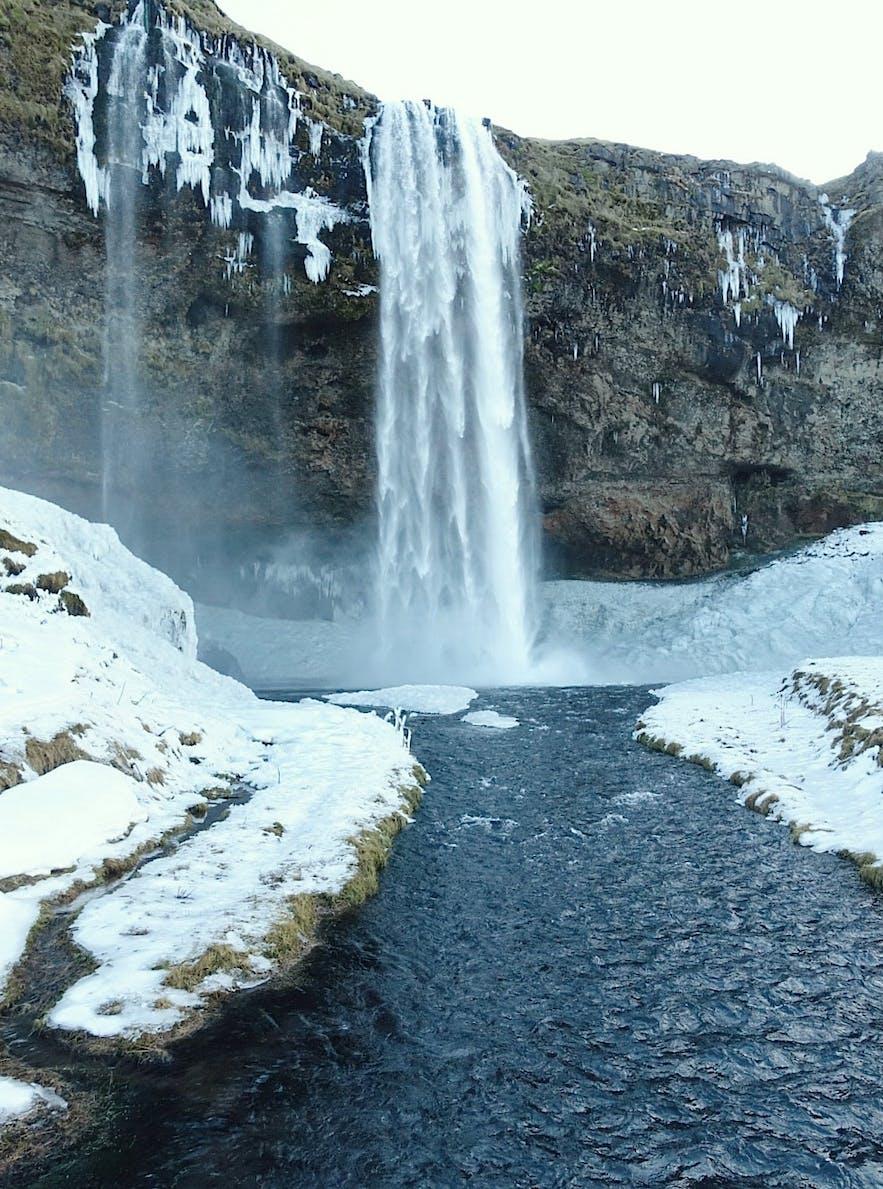 冬季时的冰岛南岸塞里雅兰瀑布Seljalandsfoss