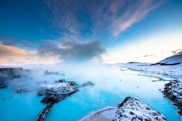 Koste deine letzten Stunden in Island voll aus und lass dich im Wellnessbad Blaue Lagune verwöhnen.