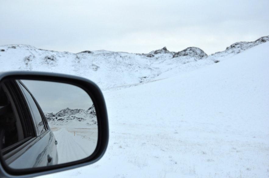 冰岛冬季的道路到处都是冰雪