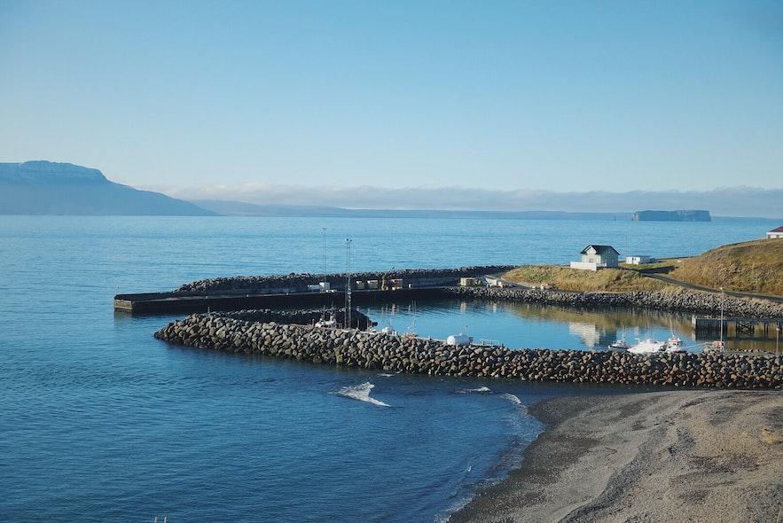 冰岛小众景点斯卡加峡湾和远处的德朗盖岛(Drangey Island)