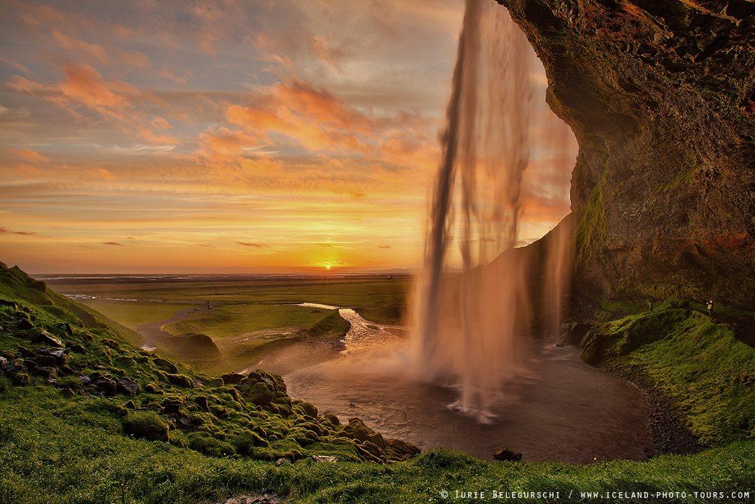 游客可以通过塞里雅兰瀑布(Seljalandsfoss)旁边的人行道走到瀑布的后方,以独特的角度欣赏冰岛南部著名瀑布的美
