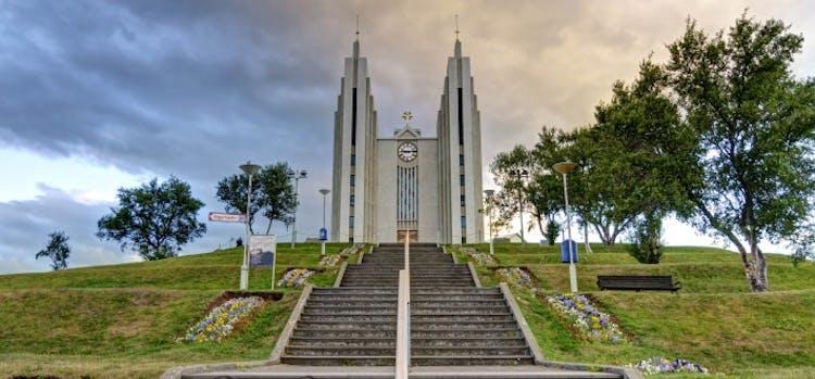 アイスランド北部の中心都市アークレイリの丘にそびえる教会