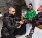 Du erhältst Steigeisen, die dir beim Laufen auf dem Eis im Langjökull helfen.
