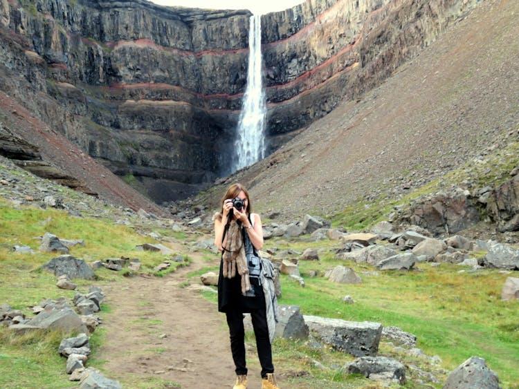 Hengifoss in Ostisland ist der drittgrößte Wasserfall des Landes.