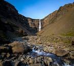 La cascada de Hengifoss en el este de Islandia durante el verano.
