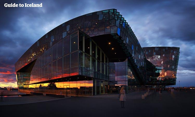 夕焼けがオレンジ色に反射するレイキャビクのハルパコンサートホール