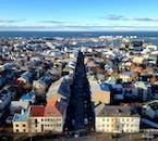 Wielokolorowe dachy w centrum Reykjavíku są wyraźnie widoczne z wieży kościoła Hallgrímskirkja.