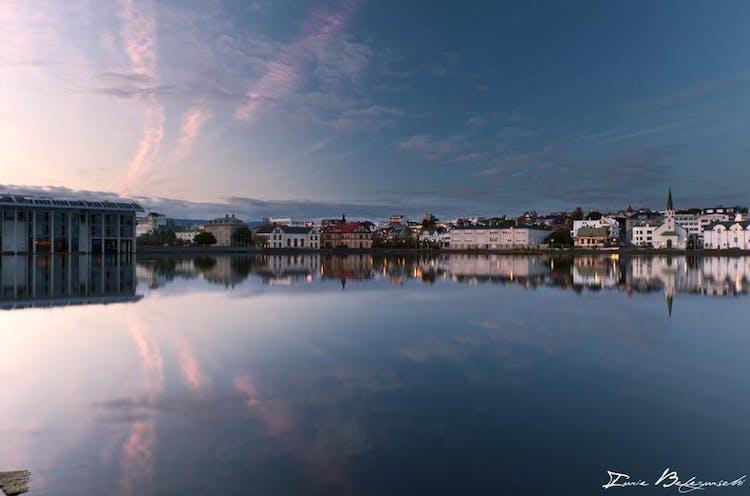 In der Innenstadt von Reykjavík liegt ein wunderschöner und historischer Teich namens Tjörnin.