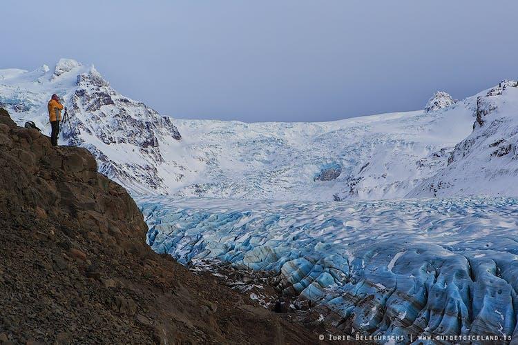 Die Gletscherwanderungen im Südosten Islands finden größtenteils auf dem Ausläufer des Svinafellsjökull statt, einer dramatischen Gletscherzunge, die sich in das Naturreservat Skaftafell schiebt.