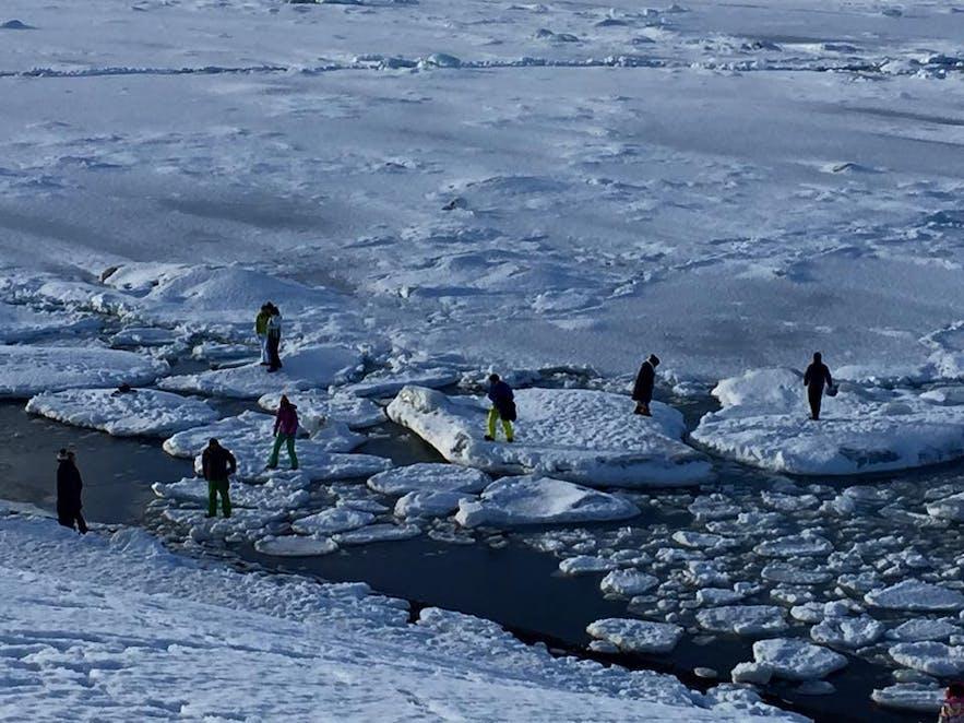 杰古沙龙冰湖Jökulsárlón身处危险的游客