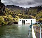 Seljalandslaug est une piscine qui est située sur la côte sud et est remplie par l'eau naturellement chaude qui coule de la montagne adjacente.