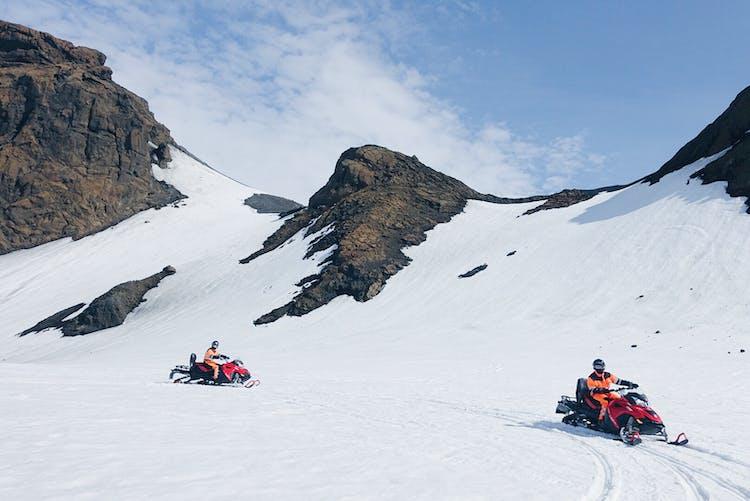 一年中スノーモービル体験ができるのも、ラングヨークトル氷河でのツアーだからこそ。