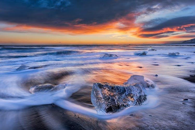 La Playa Diamante es donde los icebergs de Jökulsárlón llegan al Océano Atlántico.
